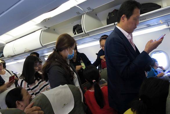 Khủng hoảng với 3 vị khách um sùm trên máy bay - Ảnh 1.