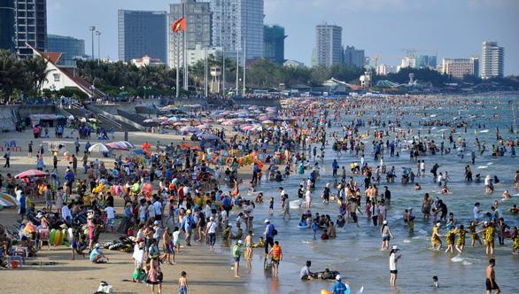 Tắm biển mà không chống nắng, hấp thu tia UV ghê hơn ngoài đường - Ảnh 3.