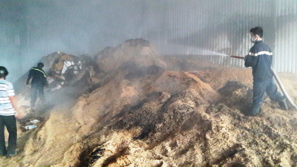 Xưởng than củi bốc cháy dữ dội lúc rạng sáng - Ảnh 2.
