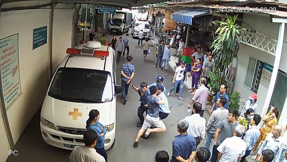 Đụng chạm tài xế xe cấp cứu, 5 bảo vệ Bệnh viện 115 nhập viện - Ảnh 4.