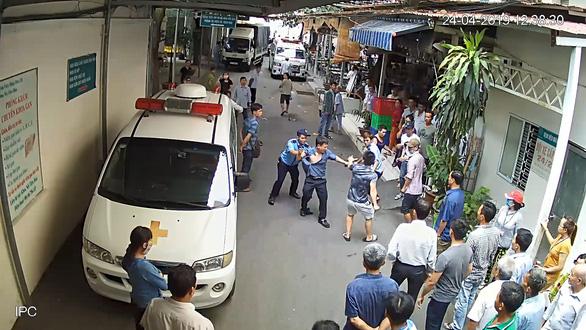 Đụng chạm tài xế xe cấp cứu, 5 bảo vệ Bệnh viện 115 nhập viện - Ảnh 3.