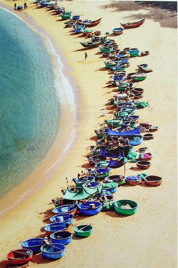 Ảnh biển đảo đẹp đến ngỡ ngàng trên phố đi bộ Nguyễn Huệ - Ảnh 2.