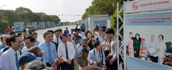 Ảnh biển đảo đẹp đến ngỡ ngàng trên phố đi bộ Nguyễn Huệ - Ảnh 1.