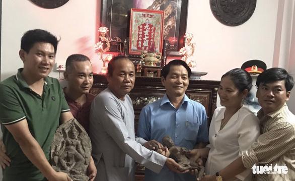 Một gia đình tặng 7 pho tượng quý ngàn năm của văn hóa Óc Eo - Ảnh 1.