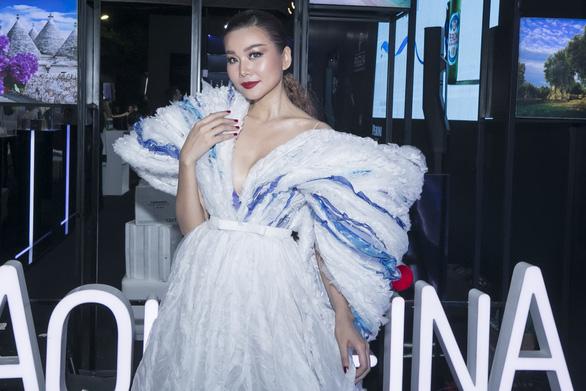 Thanh Hằng diễn Fashion Voyage trên vịnh Hạ Long - Ảnh 1.
