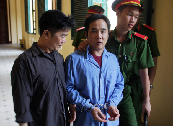 Ba chị em lãnh án vì hành hung kiểm sát viên tại tòa - Ảnh 1.