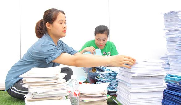 Bạn trẻ thích thú đem pin, giấy cũ đổi lấy cây xanh - Ảnh 1.