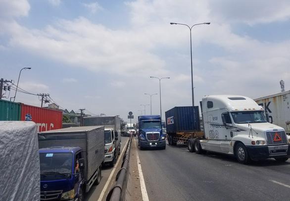 Xe container tông chết người qua đường, cầu vượt ngã tư Linh Xuân kẹt cứng - Ảnh 1.