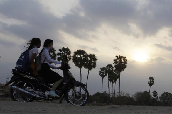 Nắng quá nóng, Campuchia cho giảm giờ học  - Ảnh 1.