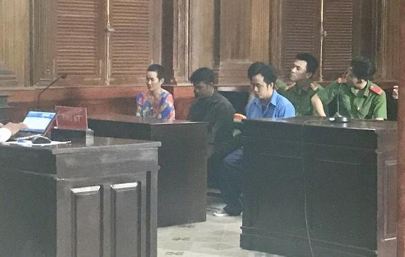 Ba chị em lãnh án vì hành hung kiểm sát viên tại tòa - Ảnh 2.
