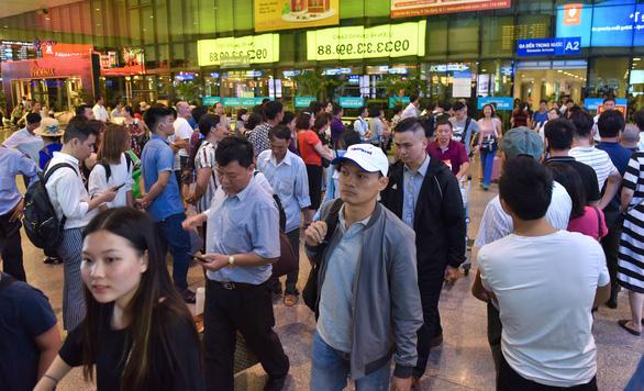 Nhiều hành khách lỡ chuyến bay do kẹt xe ở sân bay Tân Sơn Nhất - Ảnh 4.