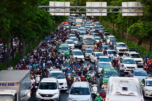 Nhiều hành khách lỡ chuyến bay do kẹt xe ở sân bay Tân Sơn Nhất - Ảnh 8.