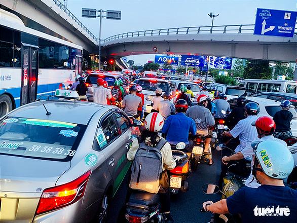 Nhiều hành khách lỡ chuyến bay do kẹt xe ở sân bay Tân Sơn Nhất - Ảnh 2.