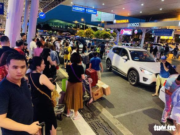 Nhiều hành khách lỡ chuyến bay do kẹt xe ở sân bay Tân Sơn Nhất - Ảnh 3.