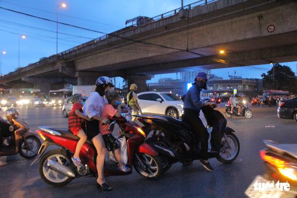 Bắt đầu nghỉ lễ, xe cộ nhích từng đoạn đường ở thủ đô - Ảnh 9.