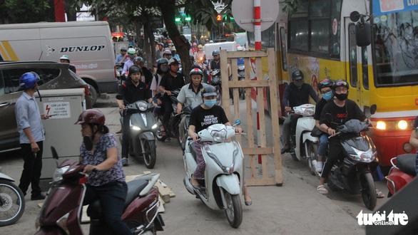 Bắt đầu nghỉ lễ, xe cộ nhích từng đoạn đường ở thủ đô - Ảnh 4.