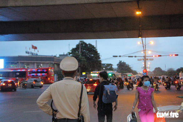 Bắt đầu nghỉ lễ, xe cộ nhích từng đoạn đường ở thủ đô - Ảnh 6.