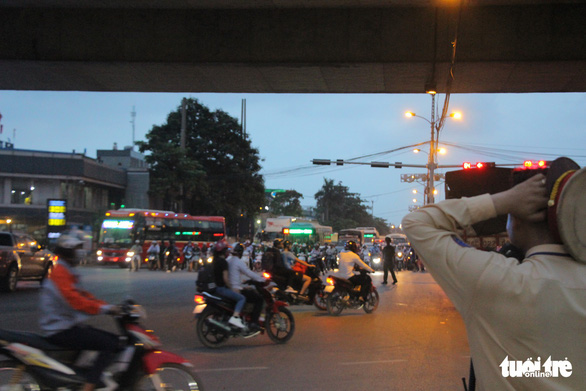 Bắt đầu nghỉ lễ, xe cộ nhích từng đoạn đường ở thủ đô - Ảnh 7.