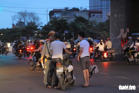 Bắt đầu nghỉ lễ, xe cộ nhích từng đoạn đường ở thủ đô - Ảnh 8.