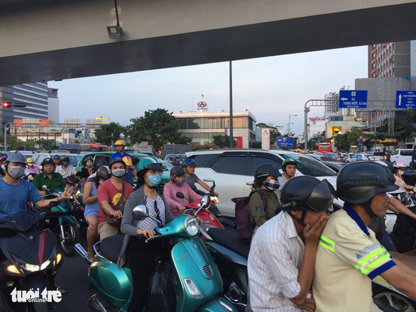 Nhiều hành khách lỡ chuyến bay do kẹt xe ở sân bay Tân Sơn Nhất - Ảnh 6.