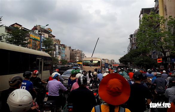 Bắt đầu nghỉ lễ, xe cộ nhích từng đoạn đường ở thủ đô - Ảnh 1.