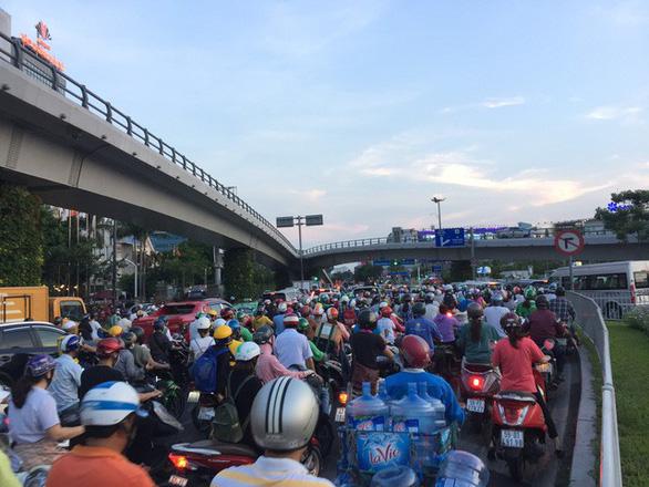 Nhiều hành khách lỡ chuyến bay do kẹt xe ở sân bay Tân Sơn Nhất - Ảnh 5.
