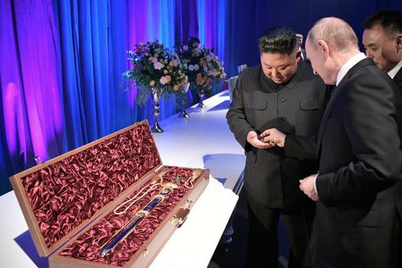 Ông Putin mua thanh bảo kiếm từ ông Kim Jong Un giá 1 đồng xu - Ảnh 2.