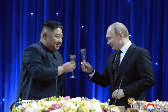 Gặp ông Putin, ông Kim nói Mỹ hai mặt - Ảnh 1.