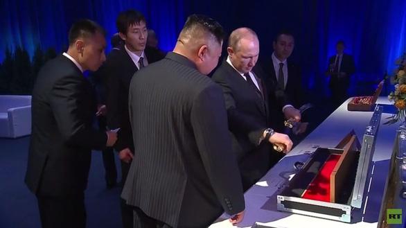 Ông Putin mua thanh bảo kiếm từ ông Kim Jong Un giá 1 đồng xu - Ảnh 4.