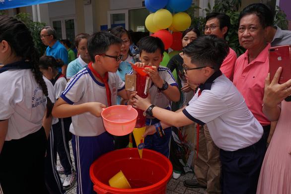 Học sinh tiểu học thích thú đua thuyền buồm, bắn tên lửa nước - Ảnh 5.