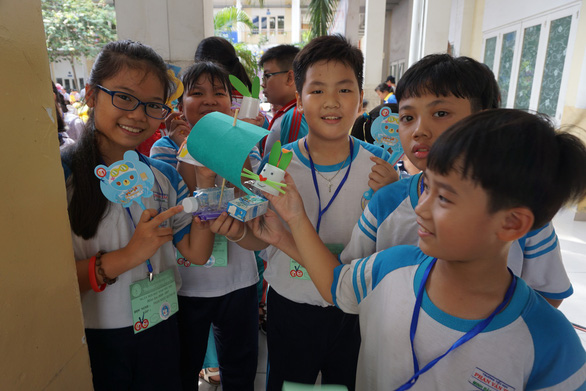 Học sinh tiểu học thích thú đua thuyền buồm, bắn tên lửa nước - Ảnh 2.