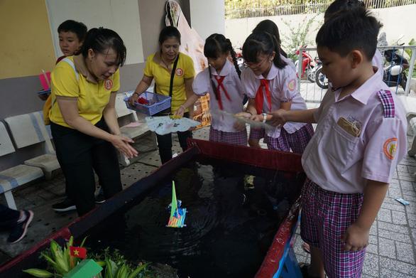 Học sinh tiểu học thích thú đua thuyền buồm, bắn tên lửa nước - Ảnh 1.