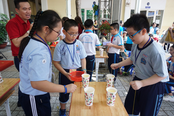 Học sinh tiểu học thích thú đua thuyền buồm, bắn tên lửa nước - Ảnh 3.