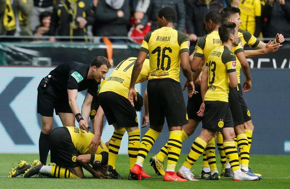 2 thẻ đỏ, 4 bàn thua, Dortmund rời xa chức vô địch - Ảnh 2.
