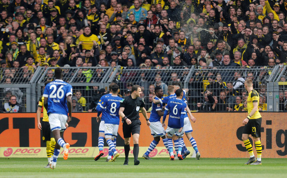 2 thẻ đỏ, 4 bàn thua, Dortmund rời xa chức vô địch - Ảnh 1.