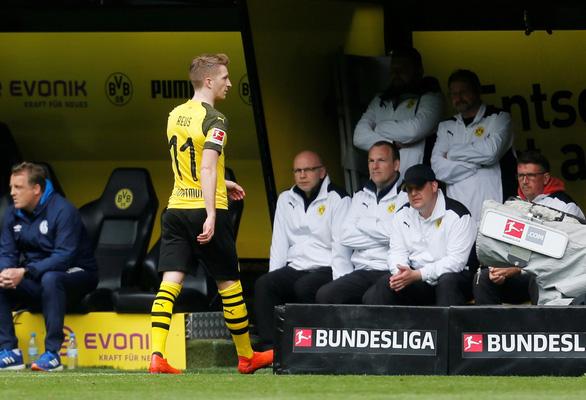 2 thẻ đỏ, 4 bàn thua, Dortmund rời xa chức vô địch - Ảnh 3.