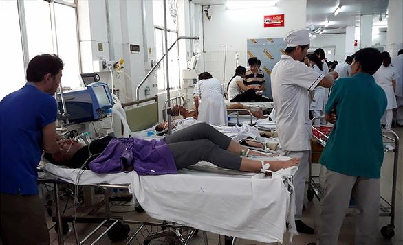 25 công nhân ngộ độc khí gas phải cấp cứu - Ảnh 1.
