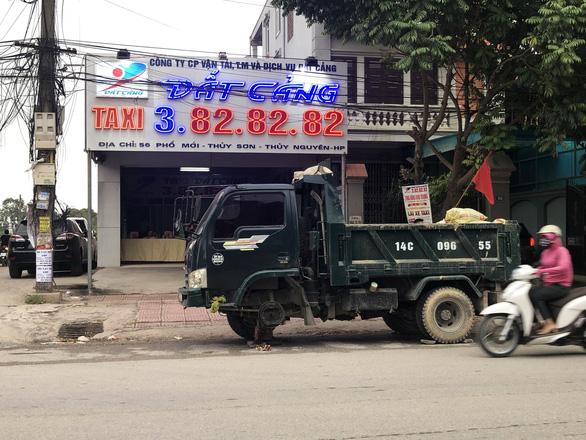 Nguyên xe tải phân gà đậu trước văn phòng taxi ngày khai trương - Ảnh 2.