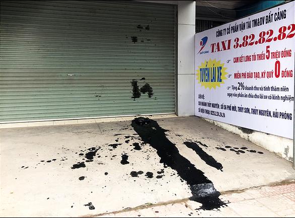 Nguyên xe tải phân gà đậu trước văn phòng taxi ngày khai trương - Ảnh 1.