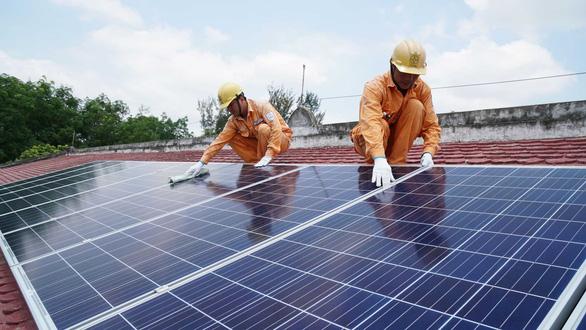 Lợi kép khi đầu tư điện mặt trời áp mái - Ảnh 1.
