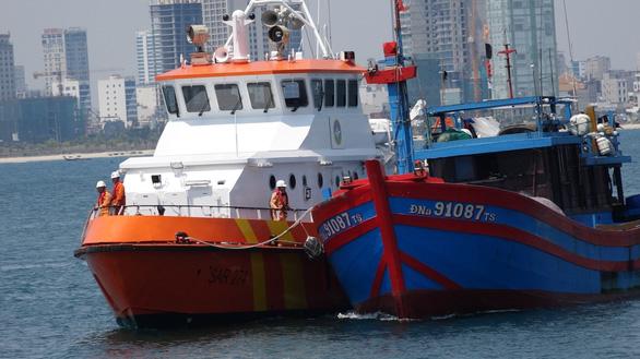 Tàu cá với 7 ngư dân trôi dạt 5 ngày trên biển được cứu thoát - Ảnh 1.