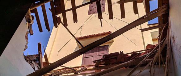 Lốc xoáy, mái tôn nhà hàng xóm rơi xuống phòng ngủ làm chết bà mẹ trẻ - Ảnh 1.