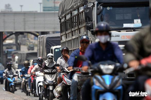 Kẹt xe liên tục dịp lễ đoạn từ TP.HCM qua Đồng Nai vì sửa chữa cầu - Ảnh 1.
