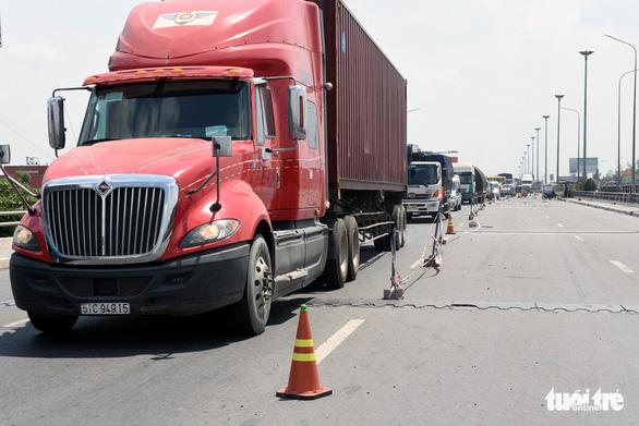 Kẹt xe liên tục dịp lễ đoạn từ TP.HCM qua Đồng Nai vì sửa chữa cầu - Ảnh 3.
