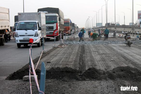 Kẹt xe liên tục dịp lễ đoạn từ TP.HCM qua Đồng Nai vì sửa chữa cầu - Ảnh 4.