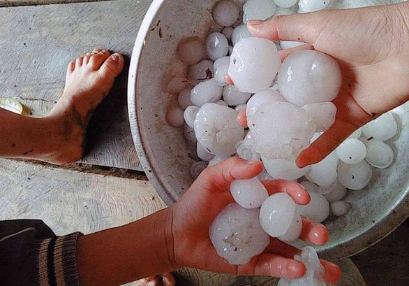 Dông lốc kèm mưa đá to bằng trứng gà, gần 1.000 nhà dân hư hỏng - Ảnh 1.