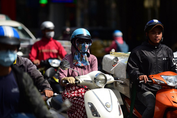 Cả nước nắng nóng, tia UV ở Hà Nội, TP.HCM có hại cho người - Ảnh 1.