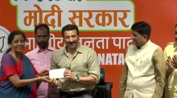 Ấn Độ bầu cử siêu lớn, 15 sao Bollywood ra tranh cử - Ảnh 1.