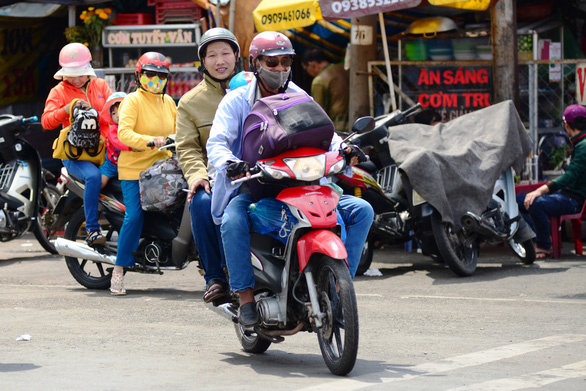 Đi xe máy về quê chơi lễ rất nguy hiểm, sao nhiều người vẫn cứ đi? - Ảnh 2.
