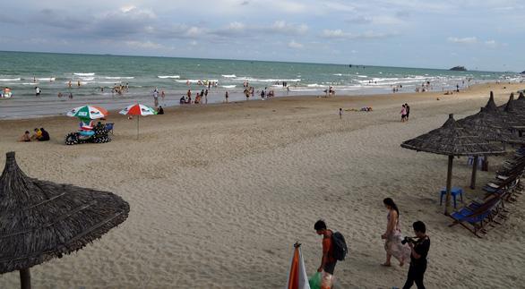 Biển Vũng Tàu sạch sẽ trong ngày đầu kỳ nghỉ lễ - Ảnh 2.